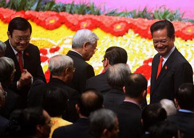 Thủ tướng Nguyễn Tấn Dũng (phải) và Chủ tịch nước Trương Tấn Sang trái), Tổng Bí thư Nguyễn Phú Trọng (giữa), trước lễ khai mạc Đại hội đảng toàn quốc lần thứ 12 tổ chức tại Hà Nội ngày 21 tháng 1 năm 2016. AFP