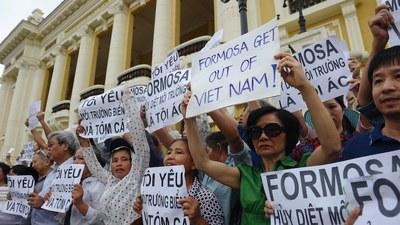 Hình minh hoạ. Người dân Hà Nội biểu tình phản đối công ty Formosa xả thải làm ô nhiễm môi trường biển miền Trung Việt Nam hôm 1/5/2016
