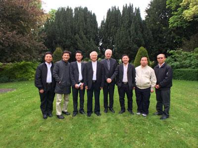 Phái đoàn của Giáo phận Vinh cùng Đức Hồng Y Jozef de Kesel, Chủ tịch Hội đồng Giám mục Giáo hội Công giáo tại Bỉ.