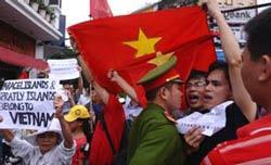 Công an tiến sát đến một người dân đang hô to khẩu hiệu chống TQ trong cuộc biểu tình ở HN hôm 26/6/2011. AFP