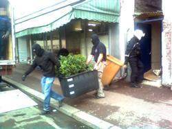 Cần sa trồng lậu bị cảnh sát phát hiện và chuyển lên xe tải ở La Courneuve (Seine-Saint-Denis) hôm 08/2/2011. AFP photo