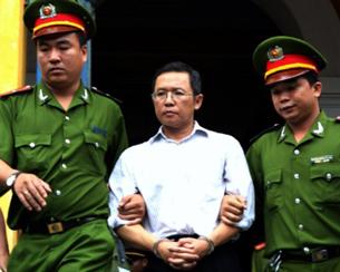 GS Phạm Minh Hoàng bị hai công an dẫn ra phiên tòa sơ thẩm tại TAND TPHCM hôm 10/8/2011