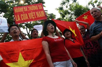 Nữ LS Nguyễn Thị Dương Hà (giữa), lần đầu tiên tham gia biểu tình chống Trung Quốc.