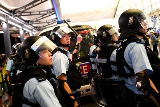 Cảnh sát bảo vệ Nhà ga số 1 sau vụ ẩu đả với người biểu tình tại Sân bay Quốc tế Hong Kong vào ngày 13 tháng 8 năm 2019.