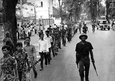 Một bức ảnh chụp ngày 30 tháng 4 năm 1975 cho thấy lính Việt Nam Cộng Hòa bị hộ tống bởi bộ đội Bắc Việt.