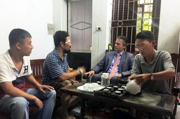 Ông Felix Schwarz, tham tán Chính trị và Nhân quyền đại sứ quán Đức đang thăm hỏi anh Nguyễn Chí Tuyến tại nhà riêng - hồi 10:45 ngày 12/05/2015.
