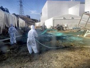 Các đơn vị đặc biệt tiếp tục phun loại nhựa chống phóng xạ lây lan quanh khu vực Tepco của nhà máy điện hạt nhân Fukushima