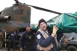 Mỹ tiếp dụng cụ cứu hộ. AFP photo