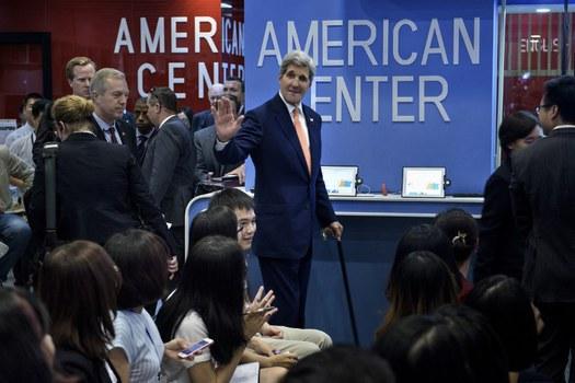 Ngoại trưởng Mỹ John Kerry đến để nói về Đại học Fulbright tại Đại sứ quán Mỹ ở Hà Nội ngày 7 tháng tám năm 2015.