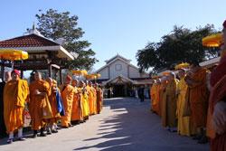 Chư Tăng Ni và Phật tử huân tập về chùa Pháp Luân tại Houston vào sáng ngày 12/12/2012 để cung đón và tôn trí kim quan Đại Lão HT Thích Hộ Giác. RFA photo/Hiền Vy.