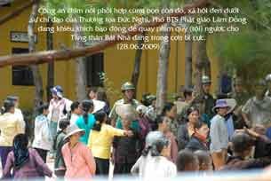 Hơn 200 người phía bên kia, kéo vào. Thái độ của họ rất hung hăng, họ đòi đập phá và đuổi các thầy ra khỏi chùa. (28-06-2009) Courtesy phusaonline.free.fr