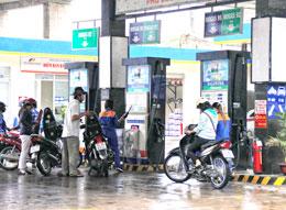 Khách hàng mua xăng của một trạm bán xăng dầu của Petrolimex TPHCM. RFA