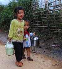 Hai đứa trẻ dân tộc H'mong. AFP photo