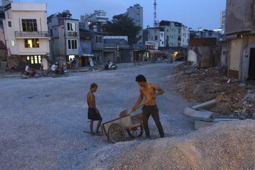 ng nhân dọn dẹp vật liệu xây dựng khu vực đường sắt Cát Linh - Hà Đông, hôm 12/5/2012.