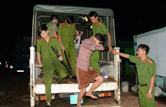 Hình minh hoạ. Công an dẫn giải người nghiện từ xe xuống sau khi những người này trốn trại cai nghiện ở Đồng Nai hôm 24/10/2016