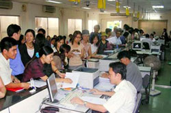 Công chức làm việc trong một cơ quan hành chính công ở Đà Nẵng, ảnh minh họa chụp trước đây. Courtesy LĐ.