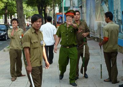 Công an và dân phòng Việt Nam ngăn cản người dân chụp hình họ. Ảnh minh họa.