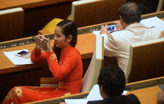 Các đại biểu sử dụng điện thoại thông minh để chụp ảnh, lướt web trong một phiên họp Quốc hội ở Hà Nội hôm 12/4/2016.