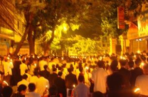 Giáo dân vẫn tiếp tục tập trung cầu nguyện, bất kể ngày đêm. Photo courtesy of Vietcatholic