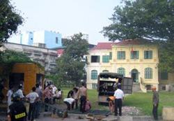 Quang cảnh trứoc Tòa Khâm Sứ, lúc công an bắt đầu đưa phương tiện đến để ủi phá. Photo courtesy DCCT