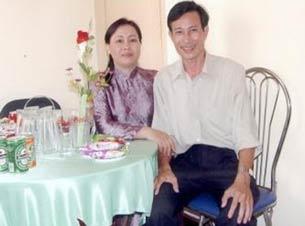Bà Dương Thị Tân và ông Nguyễn Văn Hải (blogger Điếu Cày) chụp năm 2004. File Photo.