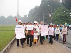 Dân oan Vũng Tàu khiếu kiện tập thể. Photo courtesy of honviet.co.uk