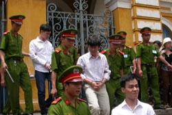 Phóng viên báo Tuổi Trẻ Hoàng Khương ra khỏi tòa sau phiên xử tại TPHCM hôm 07-09-2012. Courtesy tienphong.