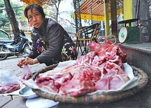 Thịt bày bán tràn lan trên phố phường thường không qua kiểm dịch