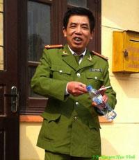 Trung tá Nguyễn Đức Hiệp, nhận đơn nhưng không xác nhận. Photo courtesy of JB Nguyễn Hữu Vinh.