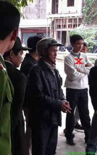 Theo chị Nga, người thanh niên (X) mặt có sẹo này đã khủng bố gia đình chị. Photo courtesy of blog JB Nguyễn Hữu Vinh.