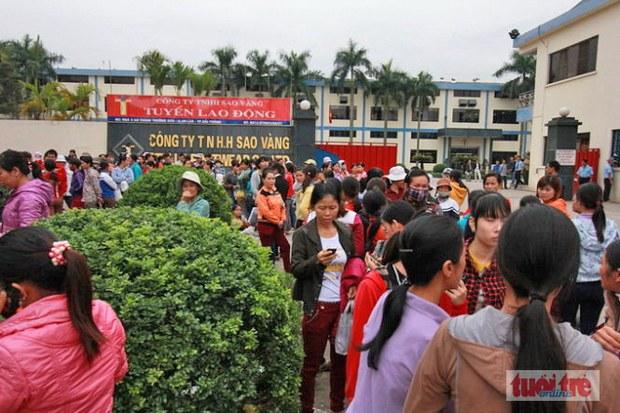 Công nhân công ty Sao Vàng (Hải Phòng) đình công trước cổng công ty - Ngày 12 tháng 11, 2014