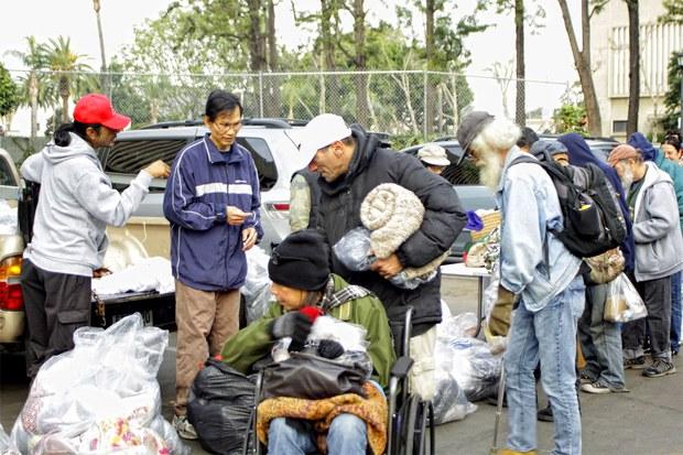 Tổ chức Tay Nối Tay phát quần áo ấm cho người vô gia cư nhân dịp Giáng Sinh 2014