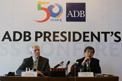 Chủ tịch Ngân hàng Phát triển Châu Á - ADB - Takehiko Nakao (phải) và Giám đốc ADB Eric Sidgwick trong một cuộc họp báo tại Hà Nội ngày 17 tháng 6 năm 2016.