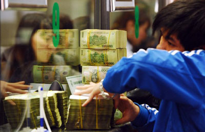 Giao dịch bên trong một ngân hàng ở Hà Nội.