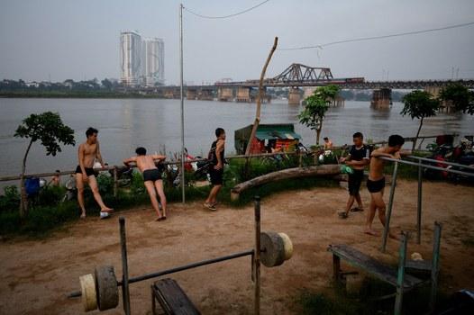 Ảnh minh họa. Người dân Hà Nội tập tập thể dục bên bờ sông Hồng. Phía xa bên bìa phải là cầu Long Biên. Hình chụp ngày 12/6/19.