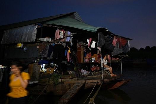Ảnh minh họa. Người lao động nhập cư, sinh sống trên bè nổi ở sông Hồng. Hình chụp ngày 8/9/19.