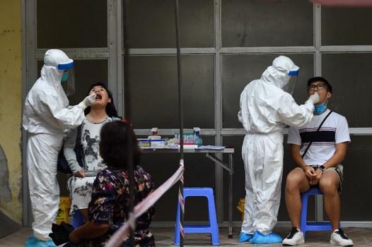 Minh họa: Nhân viên y tế kiểm tra coronavirus tại Trung tâm y tế quận Hoàn Kiếm, Hà Nội vào ngày 13/8/2020.