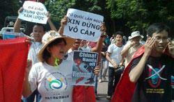 Hôm 05/08/2012 tại Hà Nội hàng trăm người dân lại tiếp tục xuống đường biểu tình chống Trung Quốc. AFP PHOTO.
