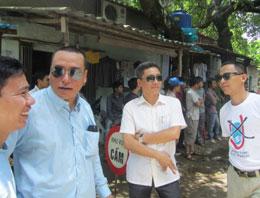 Anh Nguyễn Chí Đức (kính đen, trái) đến thăm những người biểu tình bị bắt giữ, tại Mỹ Đình, 21-8-2011. Courtesy Anhbasam