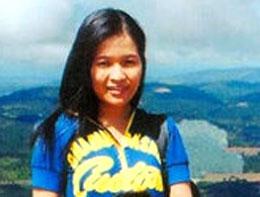 Cô Nguyễn Hòang Vi bị bẻ tay giựt điện thoại cưỡng chế vào phường vì tham gia biểu tình chống TQ ngày 1/07/2012.