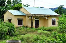 Nhiều nhà mới xây đền bù trong khu tái định cư bỏ hoang không ai ở. Dantri.com