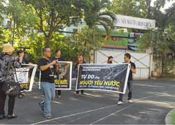Các băng rôn đòi tự do cho các blogger hôm 24/9/2012. Photo courtesy of chuacuuthenews