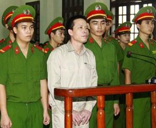Ông Đoàn Văn Vươn đang nghe tòa án Hải Phòng tuyên án 5 năm tù giam ngày 5 tháng 4, 2013
