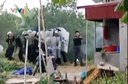 Lực lượng cảnh sát cơ động đang nổ súng vào căn nhà ông Đoàn Văn Vươn. Screen capture VTV