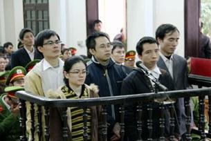 Các thanh niên công giáo trong phiên toà (Paulus Lê Sơn áo trắng bên trái)