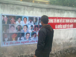 Hình ảnh các thanh niên công giáo được dán trên tường xung quanh khu vực toà án hôm 09.01.2013. File photo.