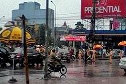 Mặc dù trời mưa tầm tã, đầu của đường Nguyễn Thị Minh Khai đoạn cây xăng, cách tòa án khoảng 500m, công an vãn lập chốt ngay giữa đường. Nuvuongcongly