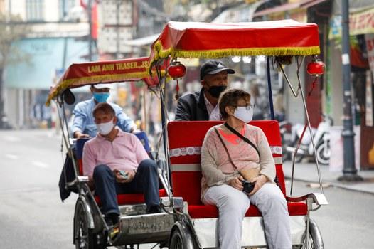 Minh họa: Khách du lịch đến Việt Nam khi dịch Covid-19 bùng phát.