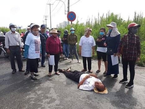Ông Cao Thăng Ca, một cư dân Thủ Thiêm bị công an xô ngã khi đi vào khu đất cũ đã bị cưỡng chế. Hình chụp sáng ngày 30/9/2020.
