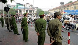 Công an tăng cường hoạt động trên đường phố